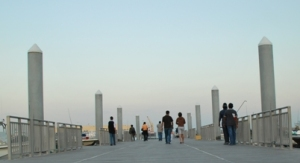 Cool weather attracts residents to enjoy sea breeze at jetty near Doha Port (Dec 12, 08)