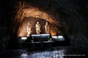 Figures of deities at the base of Changchun Bridge