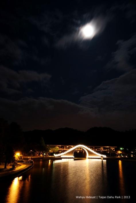 Dahu Park and its moon bridge